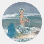 Sirena en roca pegatinas redondas