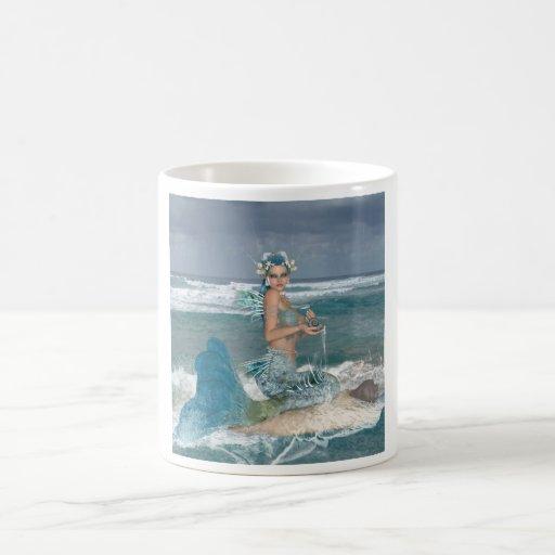 Sirena en roca taza clásica