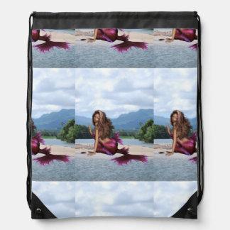 Sirena en un banco de arena mochilas