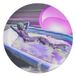 Sirena en una bañera en las placas del mar plato