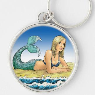 Sirena hermosa por el mar llavero redondo plateado