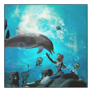 Sirena linda que juega con el delfín impresión en madera