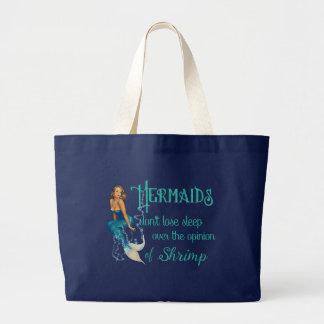Sirena modela rubia del vintage en cita de los bolsa tela grande