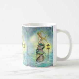 Sirena preciosa con la luna y la linterna taza de café