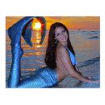 Sirena que presenta en la playa en la postal de la