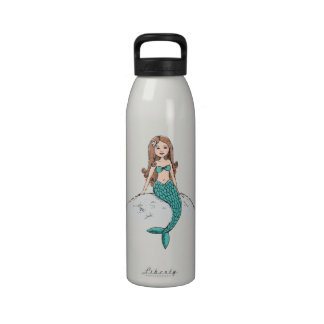 Sirena que se sienta en una botella de agua del pe