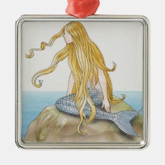 Sirena rubia que se sienta en la roca del mar, adorno cuadrado plateado