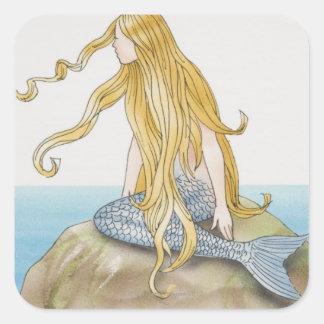 Sirena rubia que se sienta en la roca del mar, pegatina cuadrada