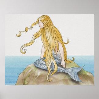 Sirena rubia que se sienta en la roca del mar, póster