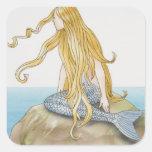 Sirena rubia que se sienta en la roca del mar, vis pegatina