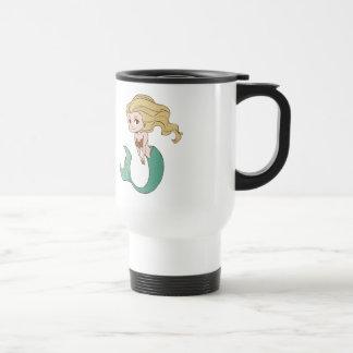 Sirena rubia sonriente del dibujo animado taza de viaje