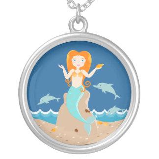Sirena y fiesta de cumpleaños de los delfínes colgante redondo