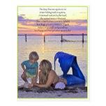 Sirena y muchacho en la postal de la playa