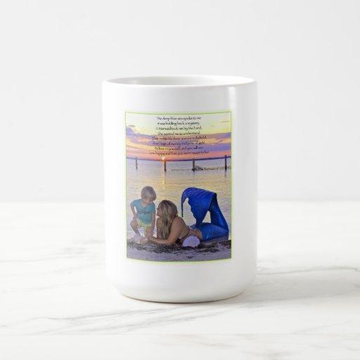 Sirena y muchacho en la taza del poema de la playa