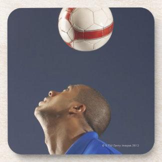 Sirva despedir el balón de fútbol en sus 2 posavasos