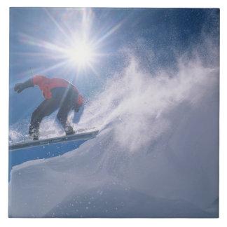 Sirva el salto de un cornince grande en una snowbo azulejo cuadrado grande
