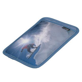 Sirva el salto de un cornince grande en una snowbo funda de iPad mini