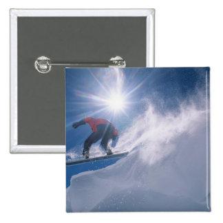 Sirva el salto de un cornince grande en una snowbo pin cuadrada 5 cm