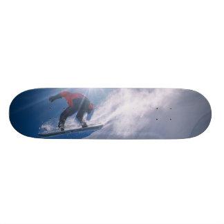 Sirva el salto de un cornince grande en una snowbo skate boards
