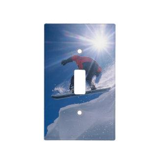 Sirva el salto de un cornince grande en una snowbo tapas para interruptores