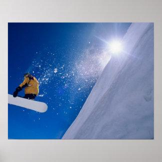 Sirva el vuelo a través del aire en una snowboard  poster