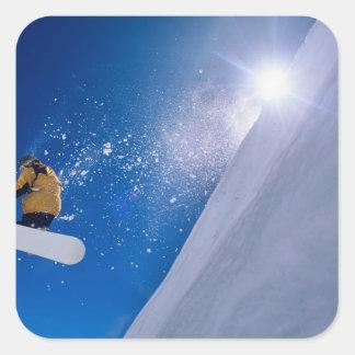 Sirva el vuelo a través del aire en una snowboard calcomanía cuadrada