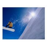 Sirva el vuelo a través del aire en una snowboard  postal