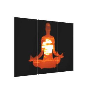 Sirva la yoga meditating en el sol 01 de la tarde lona estirada galerias