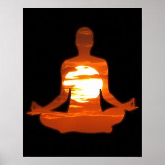 Sirva la yoga meditating en el sol 01 de la tarde póster