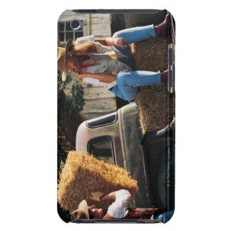 Sirva poner las balas de heno en el camión con la  barely there iPod protector