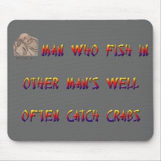 Sirva quién cogen los pescados en el pozo del otro alfombrillas de ratones