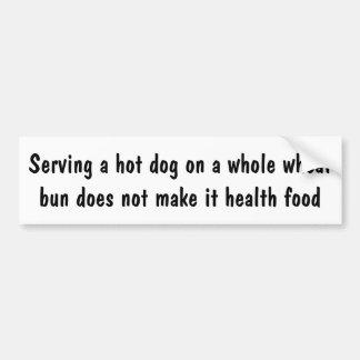 Sirviendo un perrito caliente en un bollo del pegatina para auto