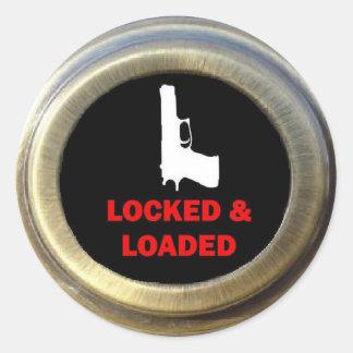 Sistema de seguridad en el hogar cerrado y cargado pegatina redonda