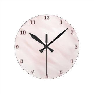 Sistema en colores pastel color de rosa brumoso reloj redondo mediano