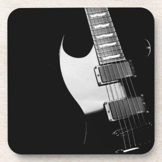 Sistema negro del práctico de costa de la guitarra posavasos de bebida