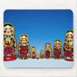 Sistema ruso pintado tradicional de la muñeca alfombrillas de raton