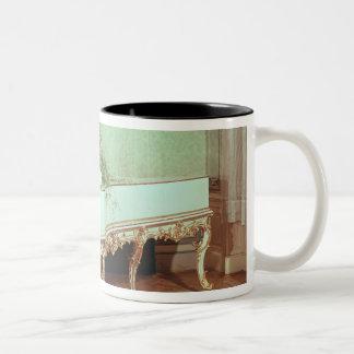 Sitio con el clavicordio taza de café