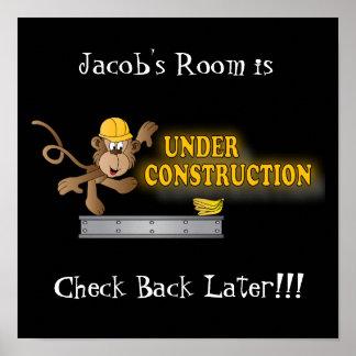 Sitio debajo del mono divertido de la construcción póster