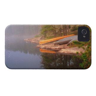 Sitio para acampar de niebla de la canoa, lago carcasa para iPhone 4