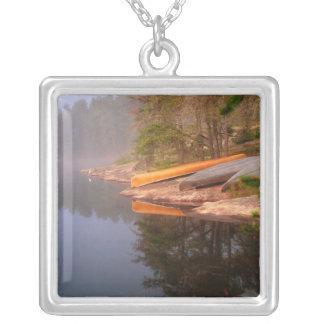 Sitio para acampar de niebla de la canoa, lago Kaw Grimpolas