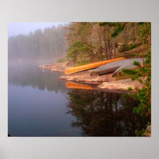 Sitio para acampar de niebla de la canoa, lago Kaw Posters