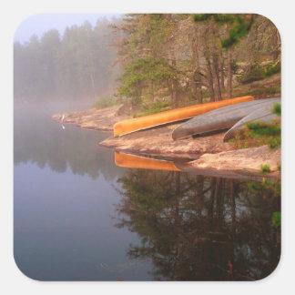 Sitio para acampar de niebla de la canoa, lago calcomanía cuadrada
