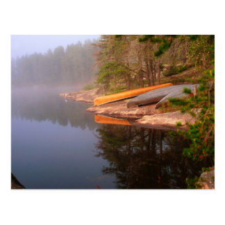 Sitio para acampar de niebla de la canoa, lago postal