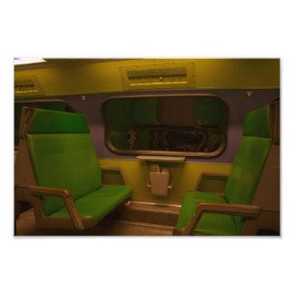 Sitios vacíos en el tren nocturno - foto amarilla