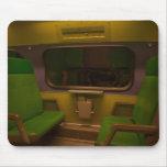 Sitios vacíos en el tren nocturno - foto amarilla  alfombrillas de raton