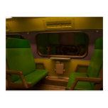 Sitios vacíos en el tren nocturno - foto amarilla postal