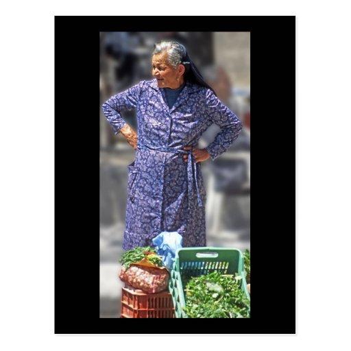Situación griega vestida tradicional de la mujer tarjeta postal