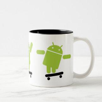 Skateboarding androide taza de dos tonos