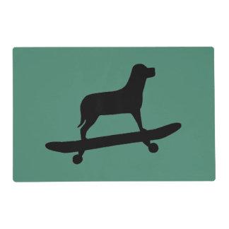 Skateboarding divertido del perro - perro salvamanteles