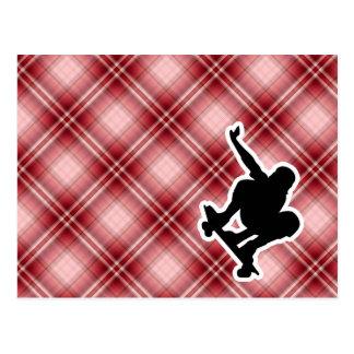 Skateboarding rojo de la tela escocesa tarjeta postal